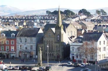 golygfa Sgwâr y Castell, gyda'r eglwys yn y canol / the view of Castle Square, with the church in the middle