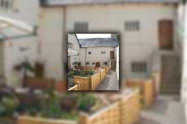 golygfa o'r tŷ a'r ardd iard / view of the house and courtyard garden