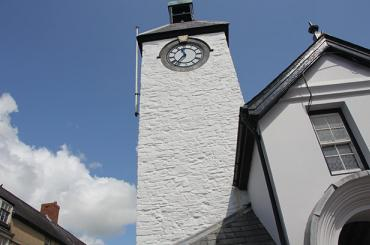 yr olygfa tuag at dwr y cloc yn neuadd y dref / the view towards the clock tower of the town hall