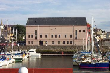 yr olygfa ar draws y doc tuag at yr adeilad / the view across the dock towards the building