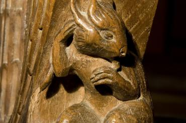 pen mainc gyda cherfiad llygoden / bench end with carving of a mouse