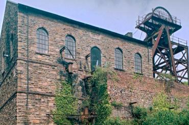 tu allan i'r ty injan / exterior of the engine house