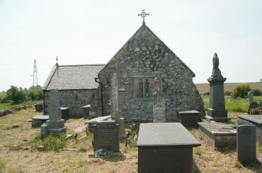 yr olygfa tuag at yr eglwys drwy'r fynwent / the view towards the church through the graveyard
