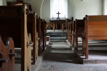 y tu mewn i'r eglwys, yn edrych tuag at yr allor / inside the church, looking towards the altar