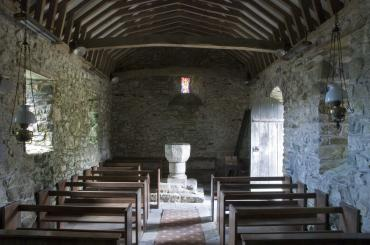 y tu mewn i'r eglwys, gan edrych tuag at y ffont / inside the church, looking towards the font