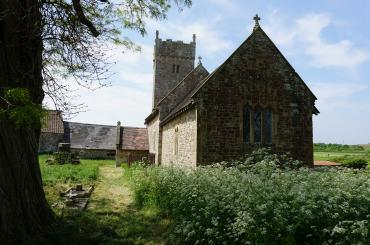 golygfa'r eglwys, gyda blodau gwyn yn y blaendir / the view of the church, with white flowers in foreground