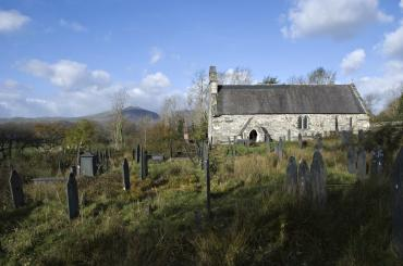 yr olygfa drwy'r fynwent tuag at yr eglwys / the view through the graveyard towards the church