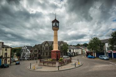 yr olygfa tuag at Gloc Tref Tredegar, yng nghanol cylchfan The Circle / the view towards Tredegar Town Clock, in the middle of The Circle roundabout